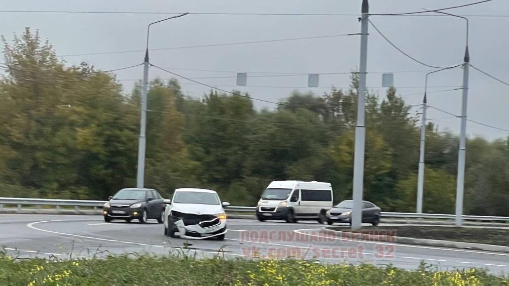 В Брянске на проспекте Московском из-за ДТП у Metro образовалась пробка
