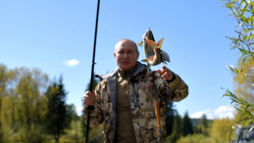 Кремль опубликовал фотографии отдыха Путина в Сибири