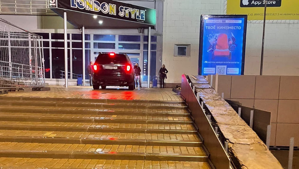 В Брянске водитель-нарушитель заехал на внедорожнике к входу в «БУМ-сити»