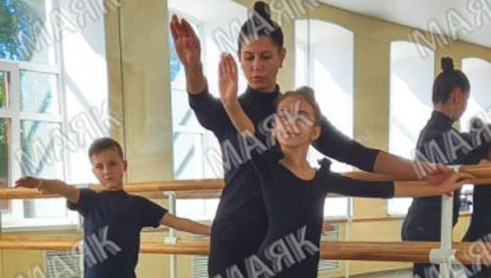 В новозыбковском ДК для юных танцоров поставили новые зеркала и станки