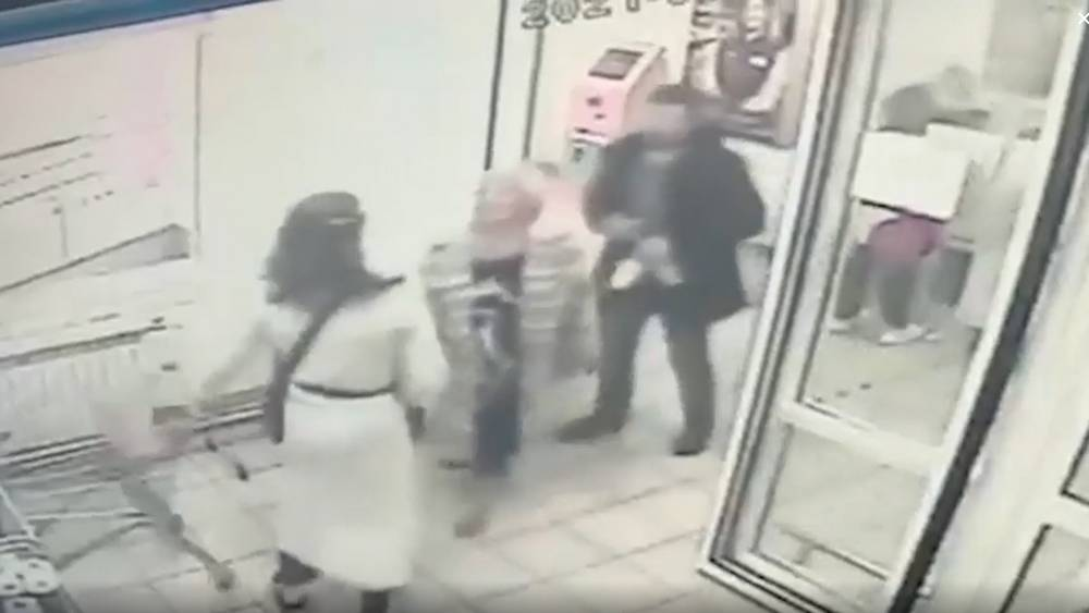 Мужчина с топором напал на покупателей московского магазина
