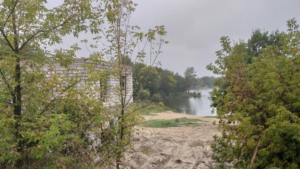 Брянского прокурора попросили проверить загадочную стройку возле озера