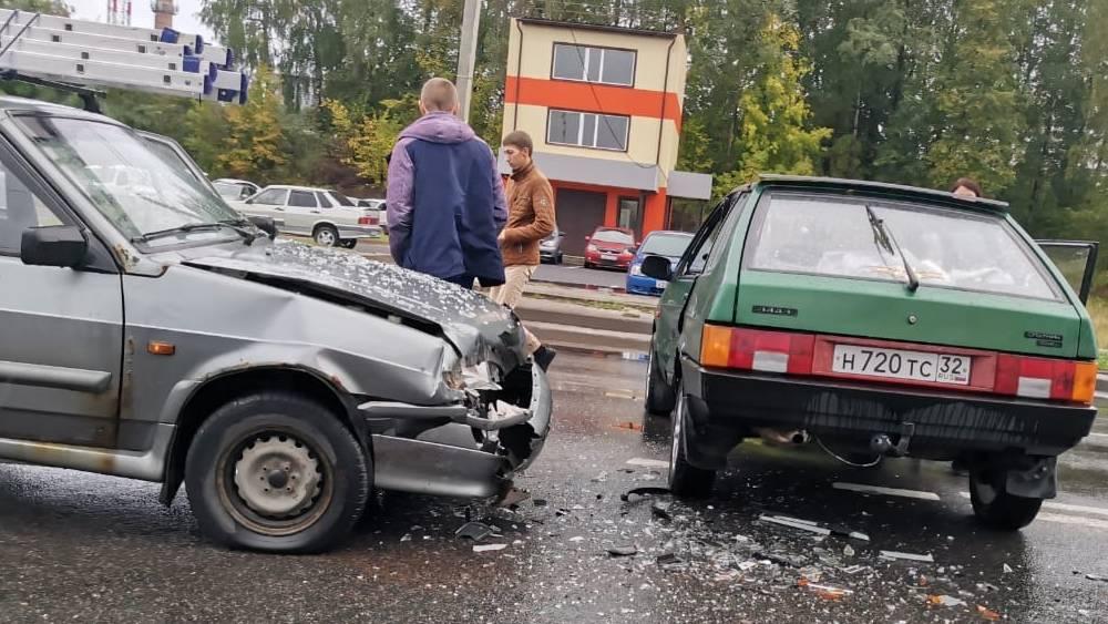 В Брянске на Флотской улице один водитель ВАЗ нанес удар «торопыге»