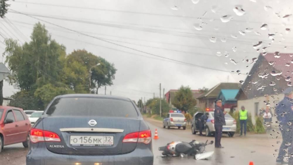В Клинцах после ДТП скутериста увезла машина реанимации