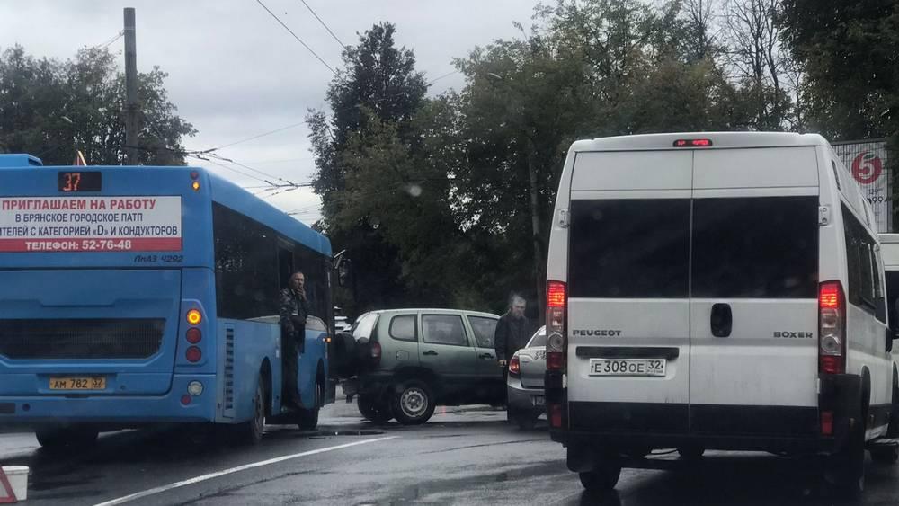 В Брянске возле памятника Летчикам произошло массовое ДТП