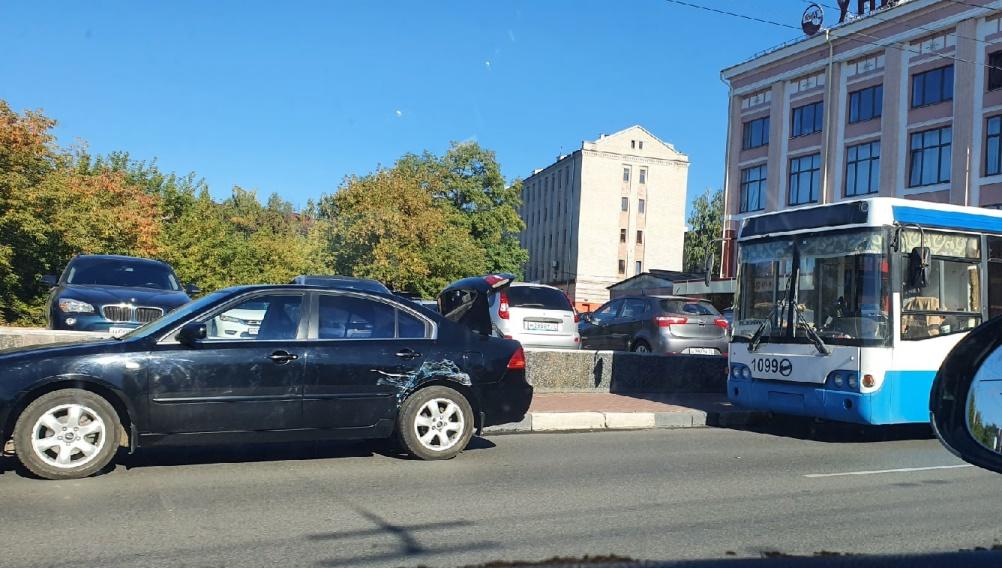 В центре Брянска возле драмтеатра столкнулись троллейбус и легковушка