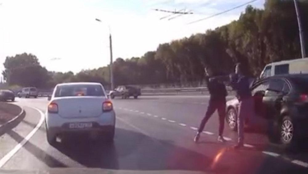 В Брянске произошла драка водителей на новом кольце возле ТЦ Метро