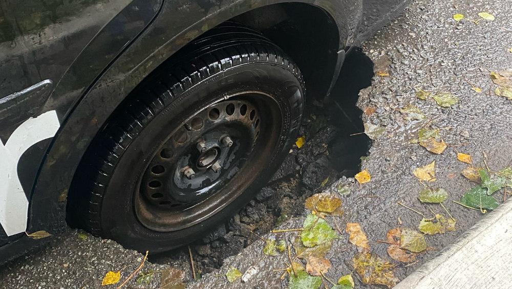 В Брянске в районе «Дружбы» провалился асфальт под колесом такси