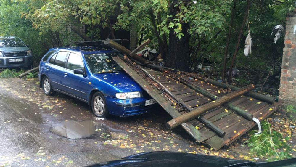 В Клинцах забор завалился на припаркованный легковой автомобиль