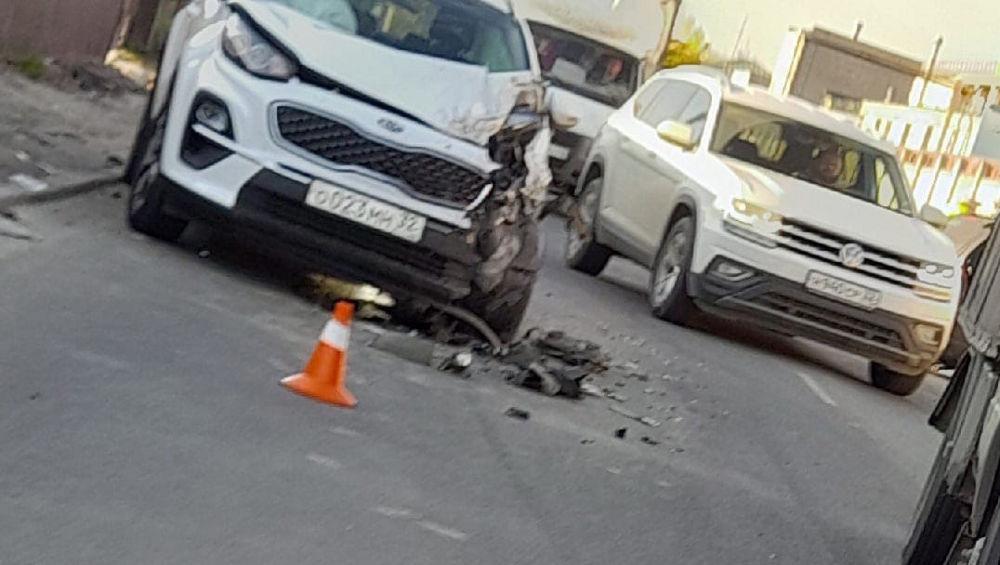 В Брянске на улице Речной столкнулись два автомобиля Kia Sportage