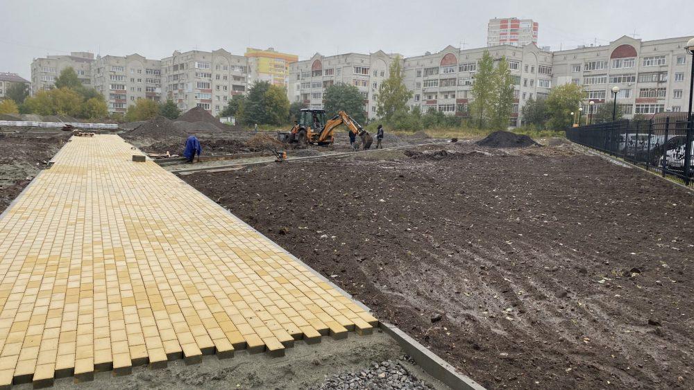 В новом сквере Брянска стали укладывать плитку