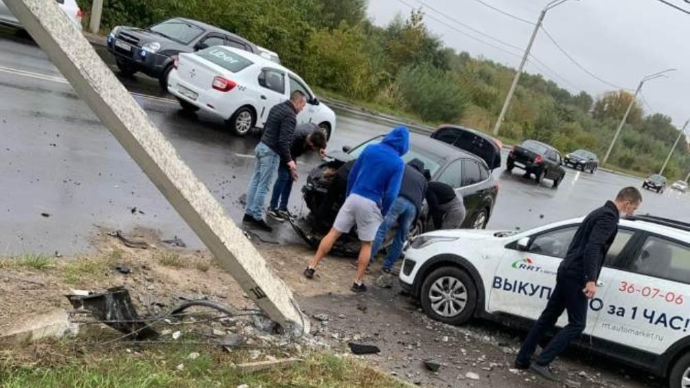 В Брянске на улице Флотской легковушка протаранила столб