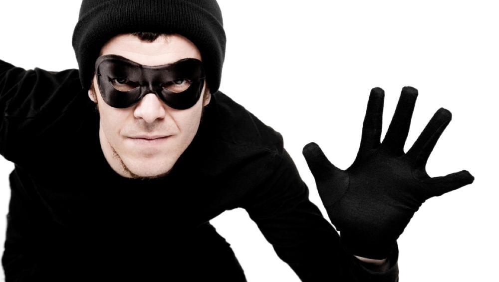 В Брянске посетитель торгового киоска схватил выручку и убежал с деньгами