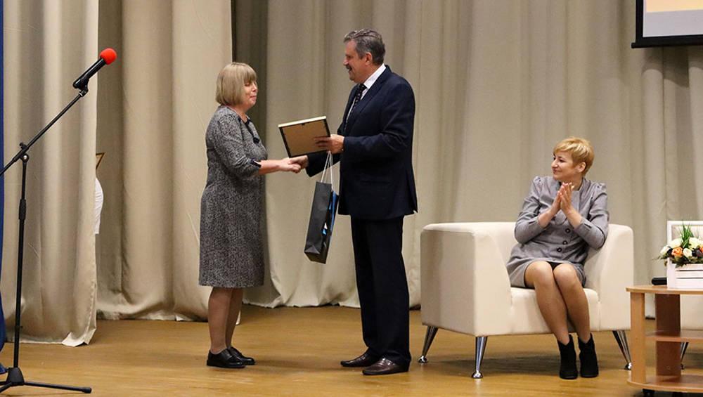 В Брянске поздравили и наградили несколько десятков воспитателей детсадов