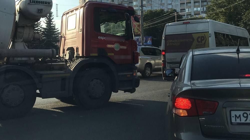 В Брянске вечером движение сковали большие автомобильные пробки