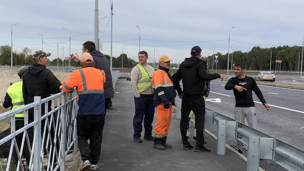 Странная компания устроила драку со строителями после открытия новой дороги