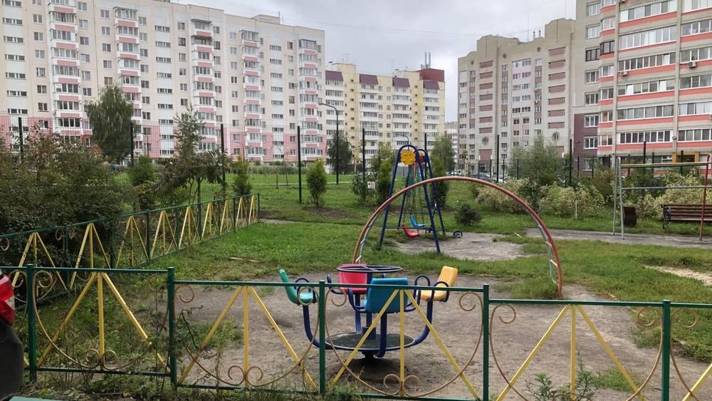 Забор между частью двора и сквером УМВД вызвал недоумение жителей Брянска