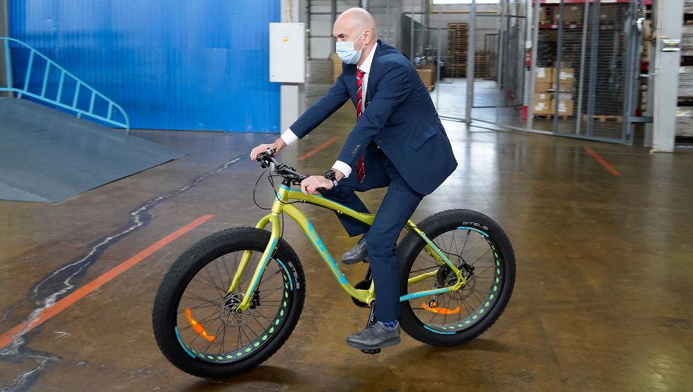 Замминистра спорта Кадыров прокатился на велосипеде жуковского завода