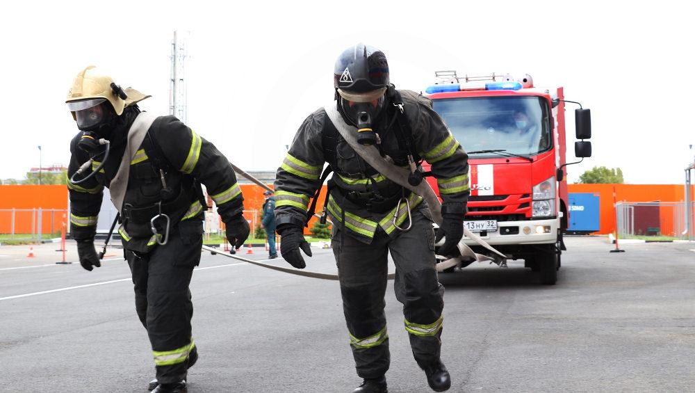 Брянские пожарные провели состязания по буксировке 5-тонного автомобиля