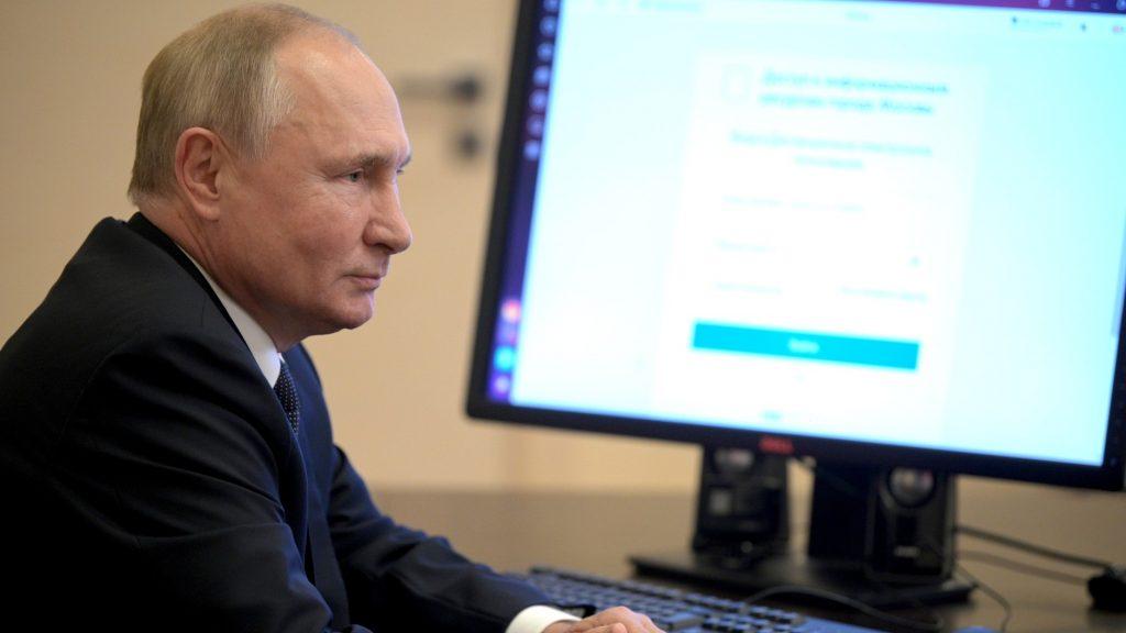 Владимир Путин проголосовал онлайн на выборах в Госдуму