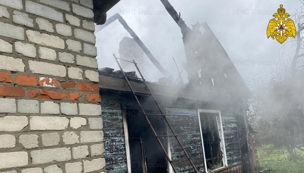 В Почепе Брянской области спасатели за час потушили горевший дом