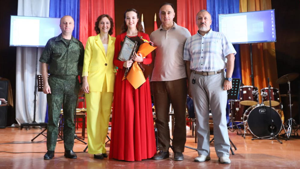 Певица из Брянска дала концерт для российских пограничников в Армении