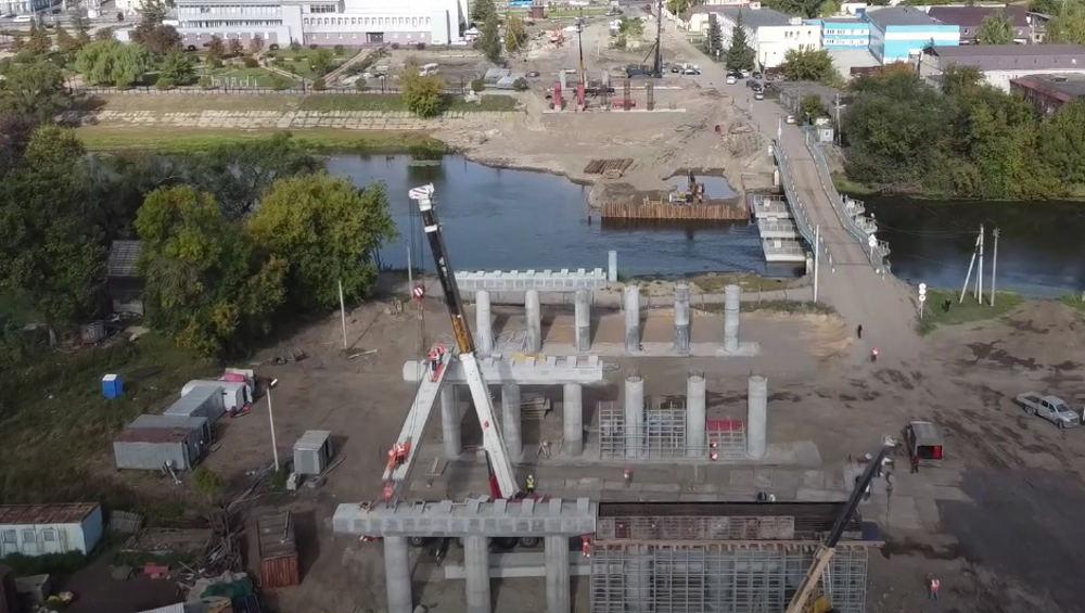 В Брянске на первой балке строящегося моста расписался губернатор Богомаз