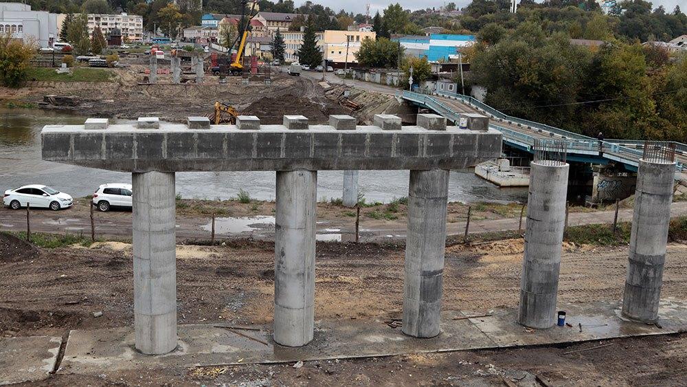 В Брянске строители моста на набережной начали укладывать 34-тонные балки