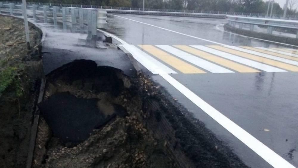 Власти Брянска объяснили провал тротуара на новой дороге от вокзала к Metro