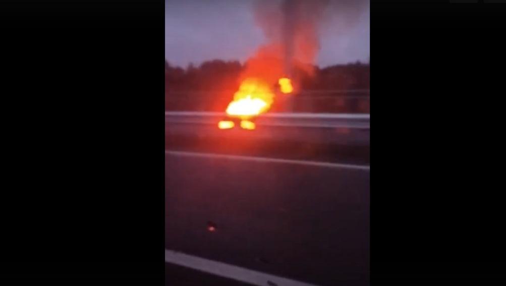 В Брянске сняли видео пожара на новой дороге-дамбе от вокзала к Metro