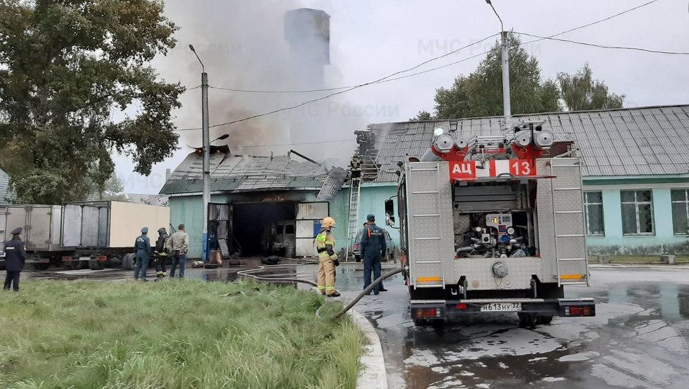 В Брянске на улице Сталелитейной сгорел автосервис