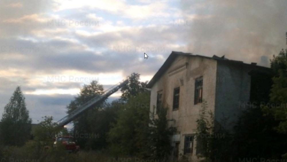 В Ивоте сгорело заброшенное двухэтажное здание