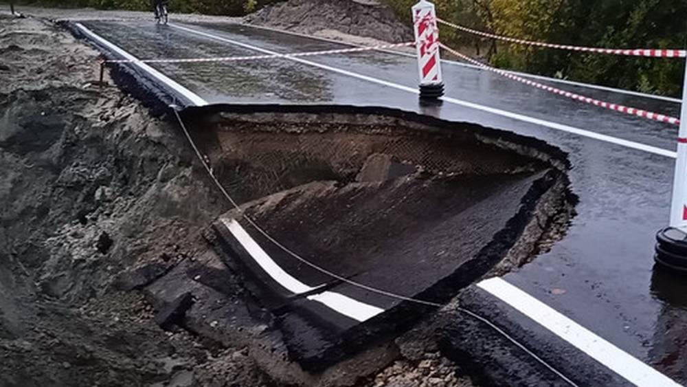 В Брянске обрушилась еще часть асфальта на съезде с новой дороги