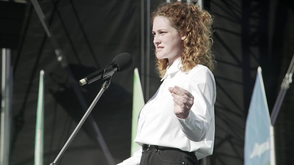 Школьница из Брянской области Алина Сафронова претендует на звание лучшего чтеца в мире