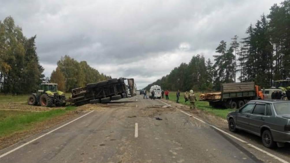 Под Климовом Брянской области КамАЗ протаранил трактор – ранен водитель