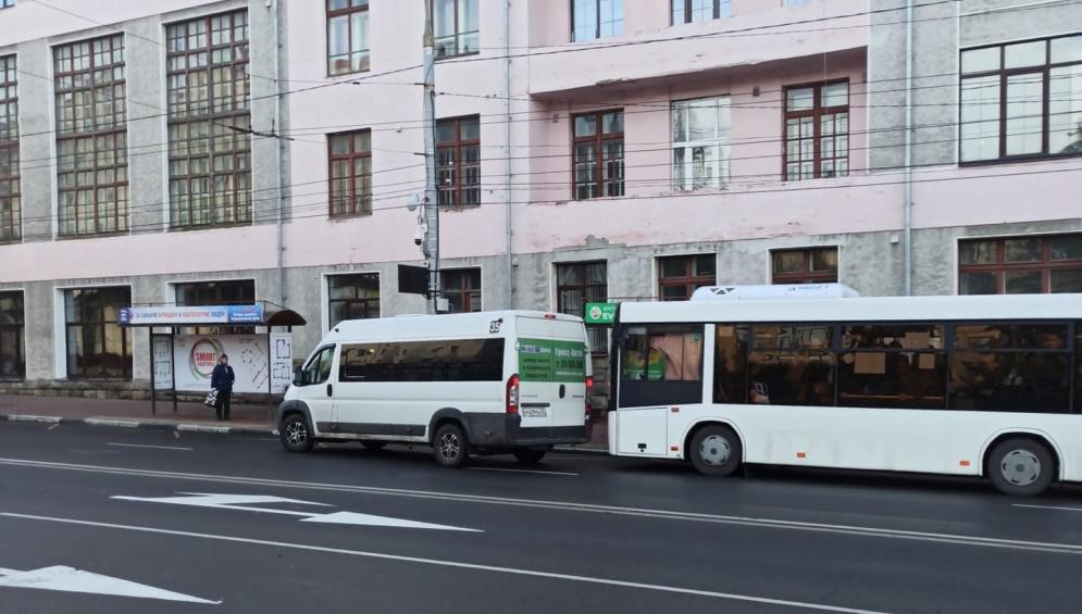 В Брянске водители маршрутки и автобуса устроили поединок на остановке