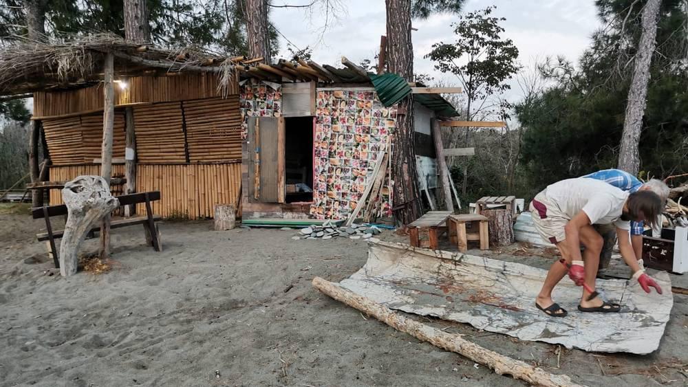 Брянец встретился в Абхазии с прячущимися в шалашах противниками прививок
