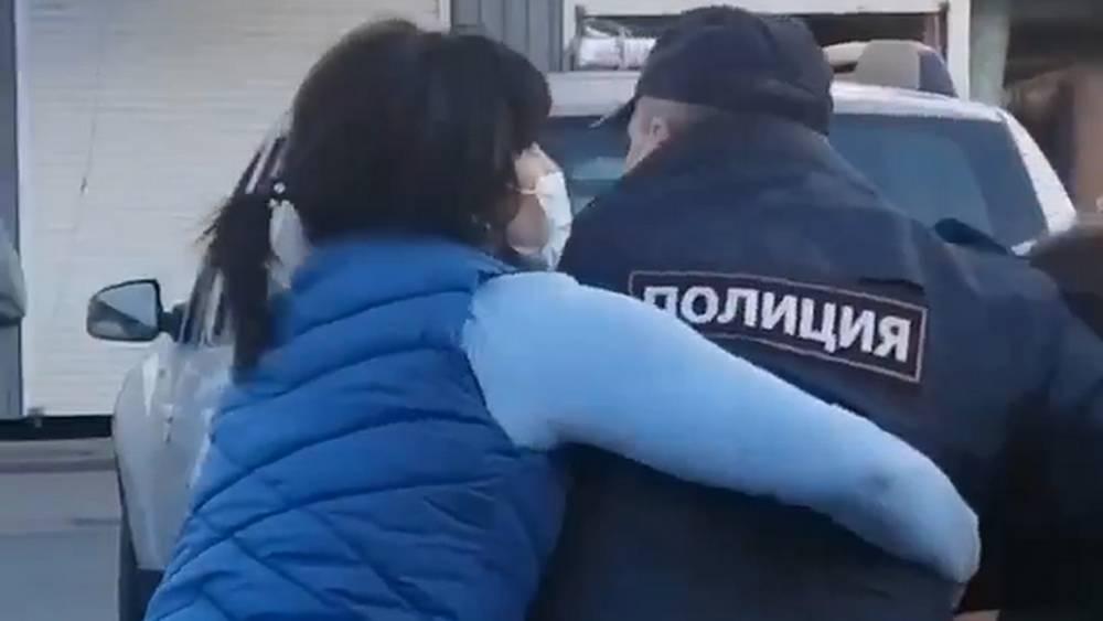 Женщины отбили у курских полицейских нарушителя масочного режима
