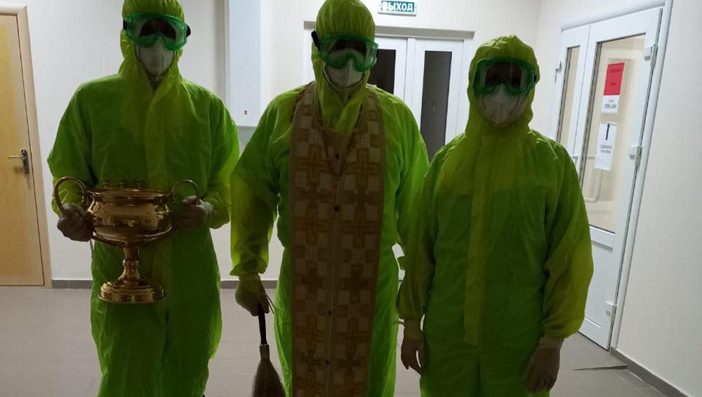 Священник в защитном костюме освятил коронавирусный госпиталь в Унече