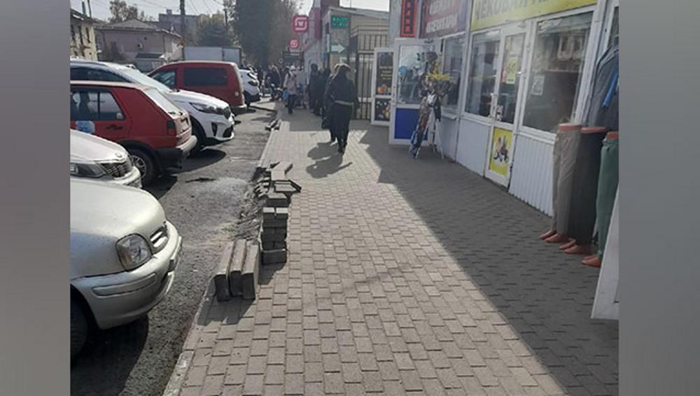 В Брянске восстановят поврежденный тротуар у Володарского рынка