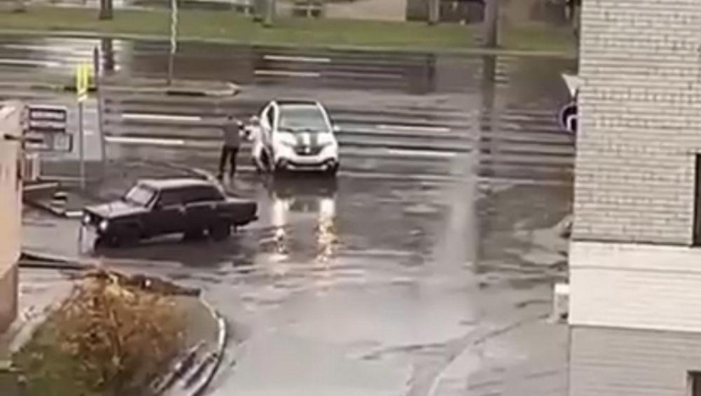 В Брянске опубликовали видео драки автомобилистки и водителя ВАЗ