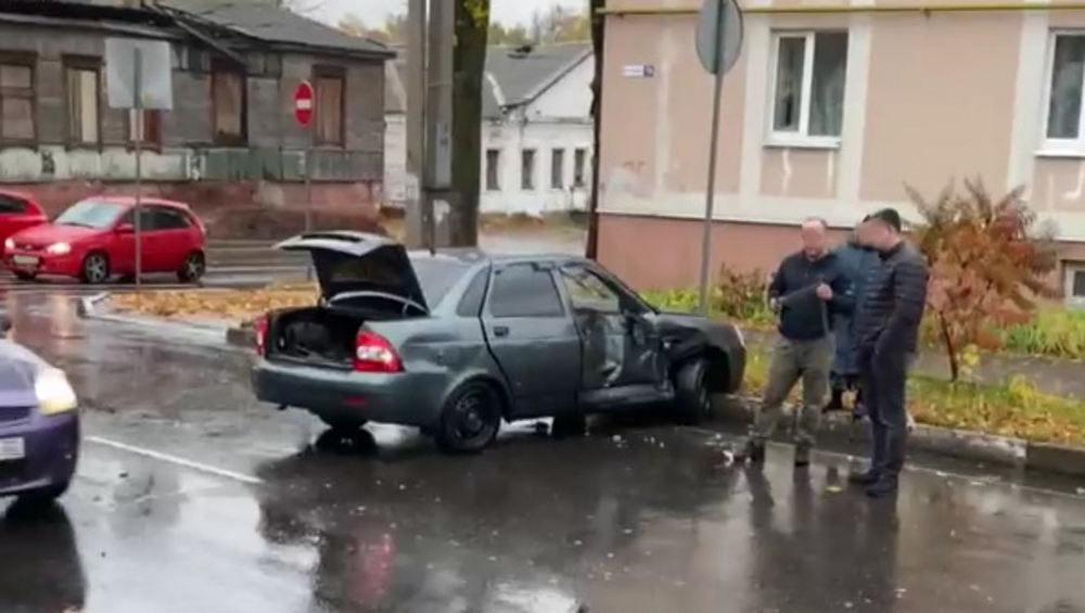 В Брянске на улице Урицкого столкнулись Lada Priora и маршрутка