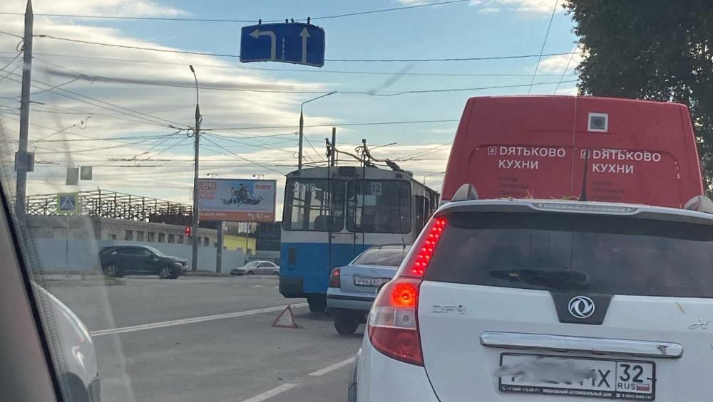 В Брянске из-за ДТП с троллейбусом на Литейной улице возник затор движения