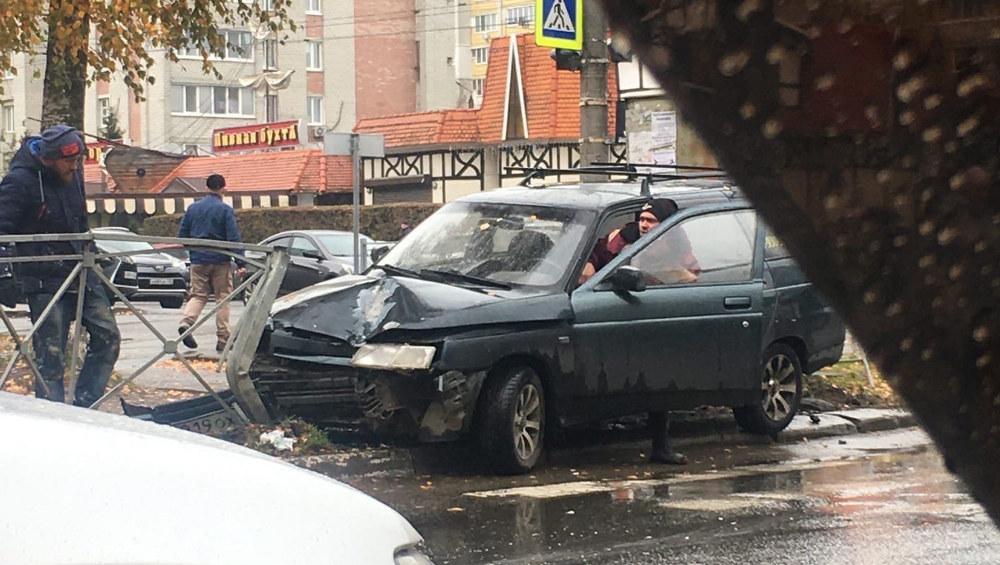 В Брянске легковушка врезалась в ограждение напротив ресторана «Августин»