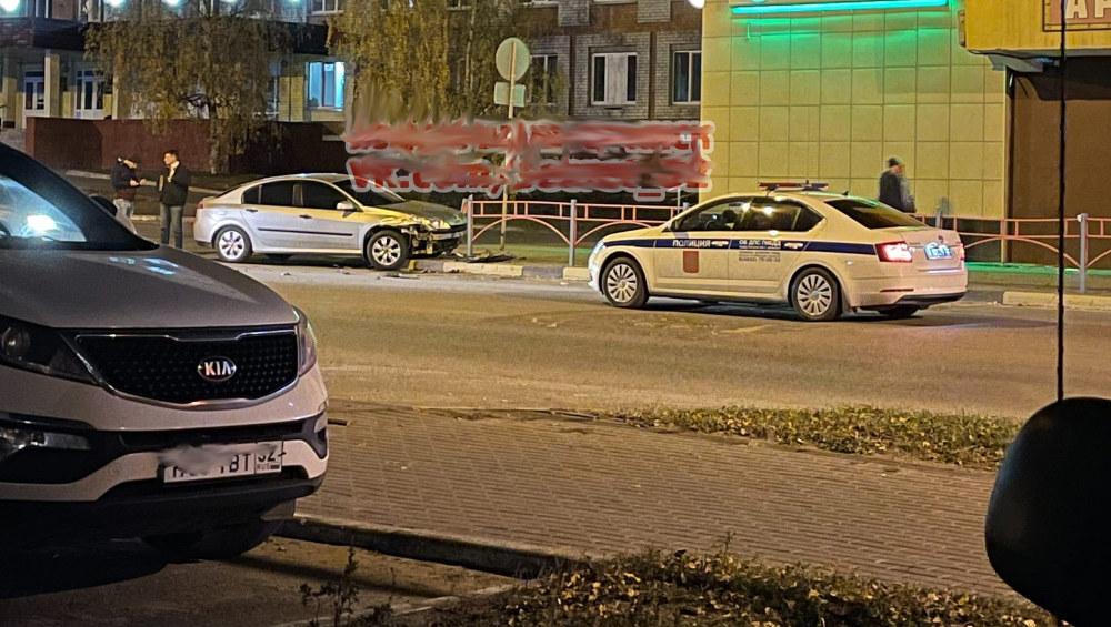 В Брянске после ДТП легковушка врезалась в забор у поликлиники № 2