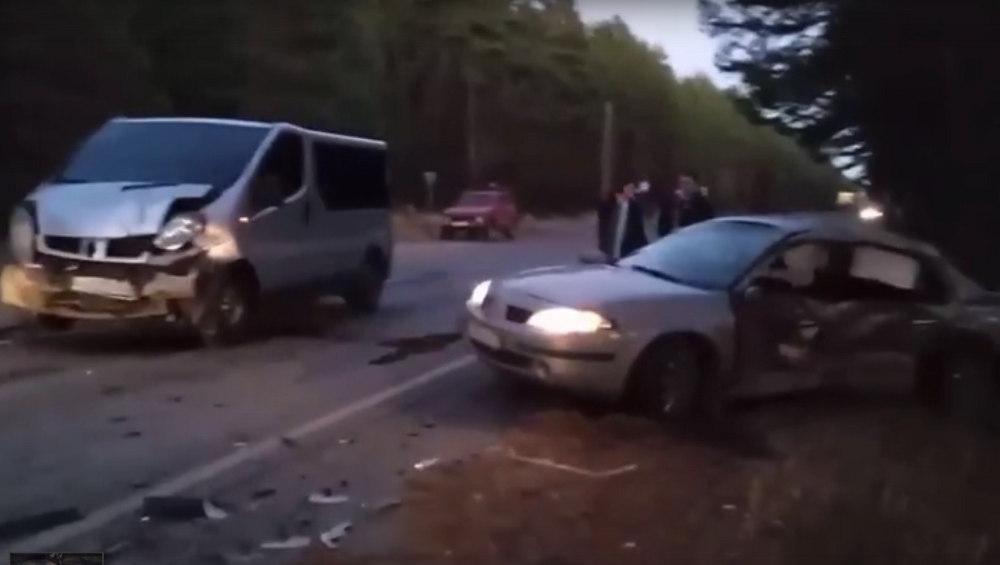 Под Брянском на сельцовской дороге столкнулись микроавтобус и легковушка