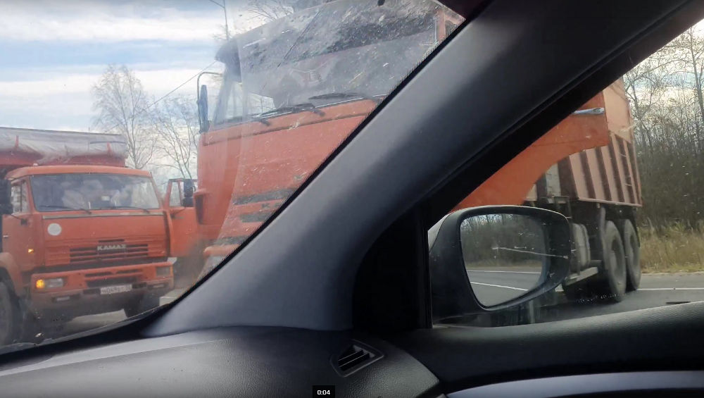На трассе Брянск – Новозыбков столкнулись два самосвала и молоковоз
