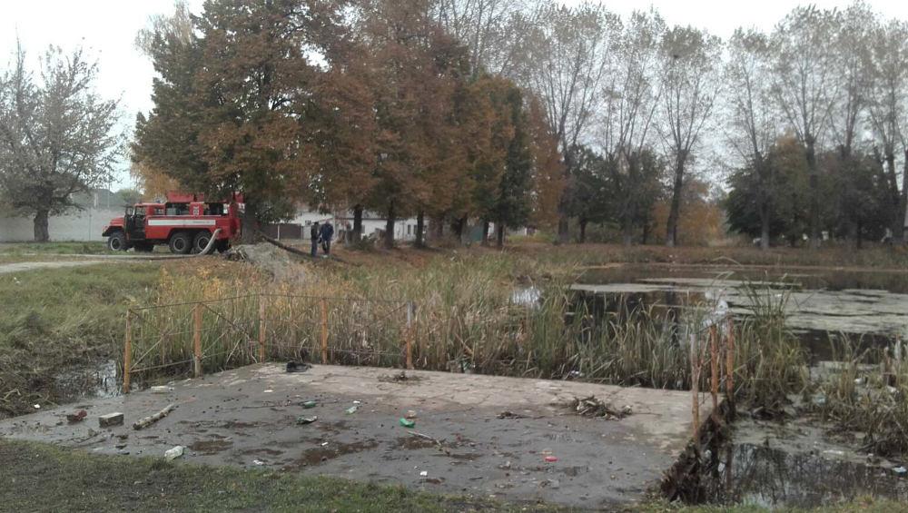 В Клинцах закрыли движение по Октябрьской из-за переполненного пруда в парке