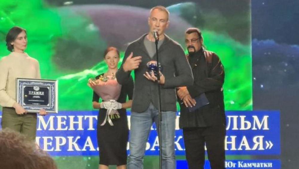 Актёр Стивен Сигал вручил премию за фильм о рыбе брянцу Дмитрию Шпиленку