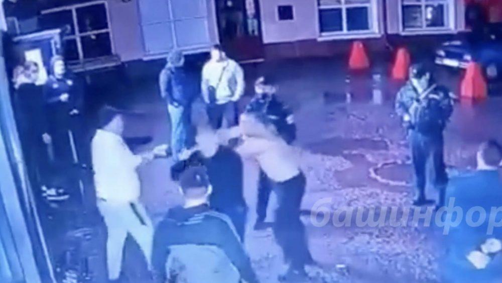 Сотрудники Росгвардии не вмешались в избиение мужчины